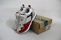 盒子边的红白色鞋子
