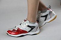 红白色鞋子