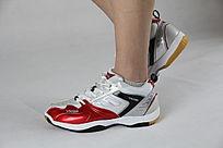 红白色鞋子侧面