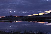 黄昏乌云密布的河流