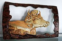 手工木刻画《猎人拥抱着驯鹿》