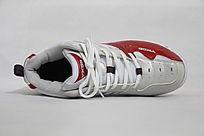 躺着的红白色运动鞋