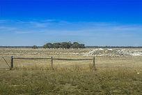 澳洲公路边荒凉的农场