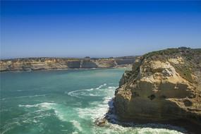 大洋路的断壁岩石和清澈见底的海水