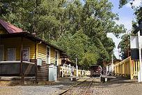 墨尔本普芬比利蒸汽小火车铁道口的