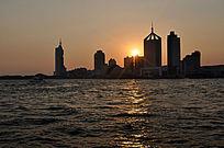 青岛落日下的高楼大厦