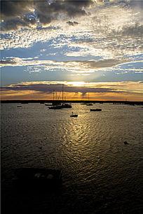 日出下迷人的阿波罗港