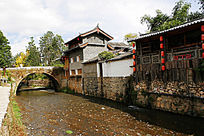 束河古镇古老石拱桥和老屋
