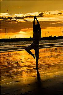 在阿波罗港金色海滩边上练习瑜珈 阿波罗港金色海滩上练习瑜伽的女孩图片