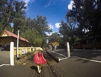 在蒸汽小火车轨道上行走的女孩