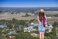 站在路边瞭望澳洲小镇的女孩