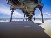 澳洲港口码头海滩上的桥梁
