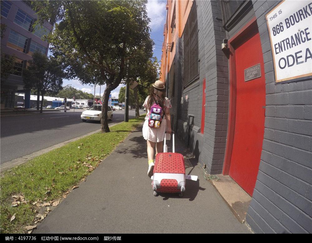 拉着行李箱走在悉尼街头的中国女孩图片 高清