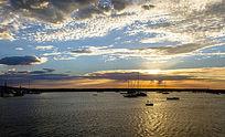 夕阳下停靠在阿波罗港的几艘出航帆船