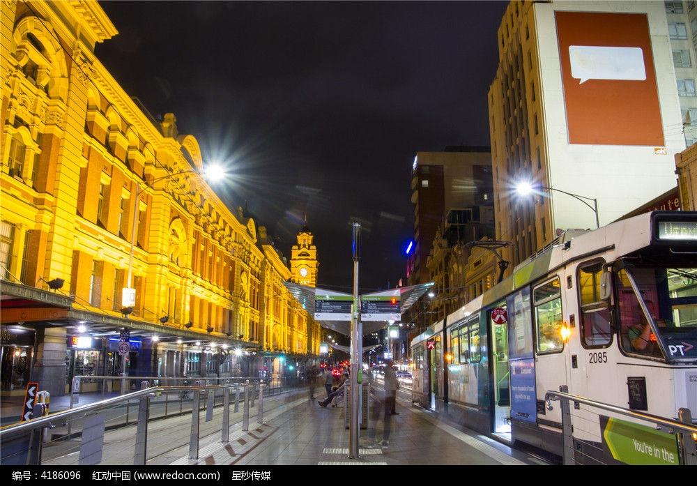 erbenyouqiai_夜色下的墨尔本有轨电车站台