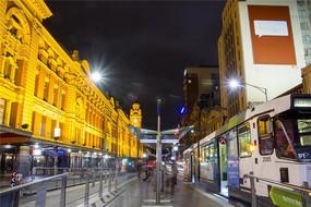 夜色下的墨尔本有轨电车站台