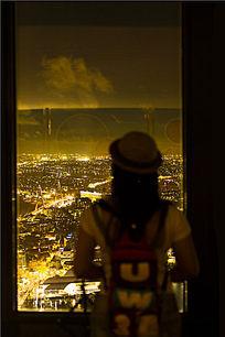 站在阳台前俯瞰悉尼夜景
