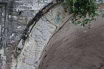 长着野花的石拱门