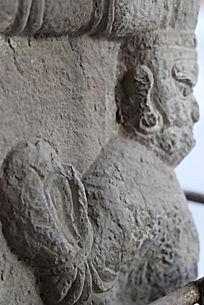 大手掌的石雕塑像