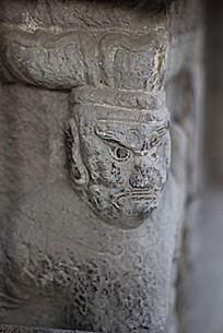 黑色眼珠的石雕塑像