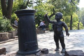 捡垃圾的小孩铜像
