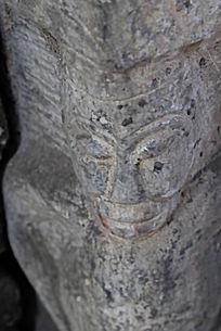面相狰狞的石雕像