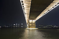 夜晚灯光下的桥墩