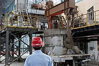 炼钢车间头戴安全帽的工人