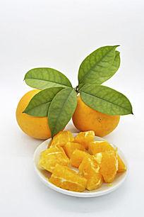 橙子块和两个带叶橙子