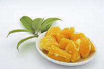 橙子叶和盘装橙子块