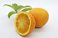 带叶子的橙子和切面