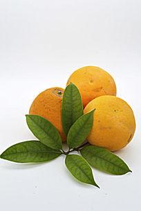 三个带叶子橙子