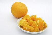 一盘橙子块和橙子