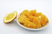 一盘橙子块和皮