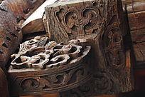 老建筑雕花梁柱