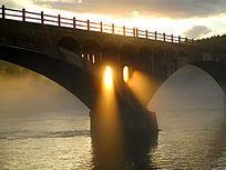 森林河夕阳下的桥梁