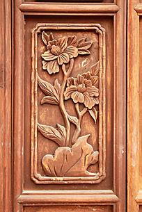 木门上雕刻的牡丹图案