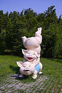 天津动物园内景照片-两只小猪雕塑