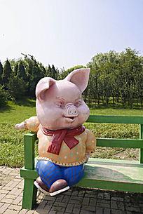 天津动物园内景照片-坐在长椅上的小猪