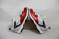 一双红白色运动鞋