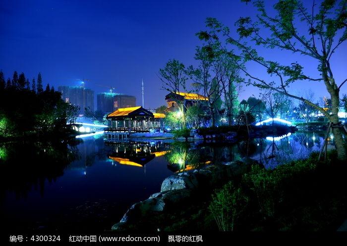 宁静的桃花岛公园夜景图片