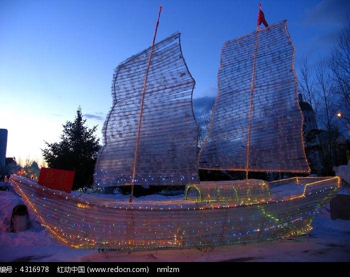 用旧矿泉水瓶制作的帆船彩灯图片