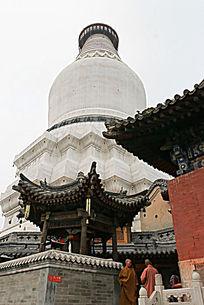 塔院寺两位僧人在白塔下