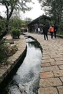穿越束河古镇的小溪