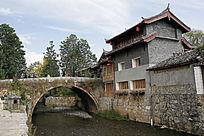 束河古镇古老的石拱桥