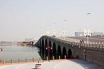 城市公园中的石拱桥