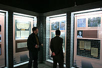 游人在白公馆参观革命先烈事迹
