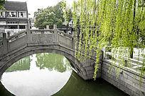 同里小桥和小桥边的杨柳树枝