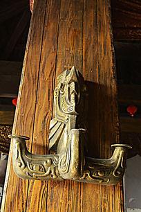 殿柱上的青铜烛台