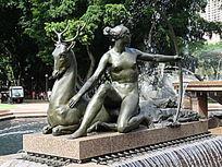 女性与神鹿雕塑